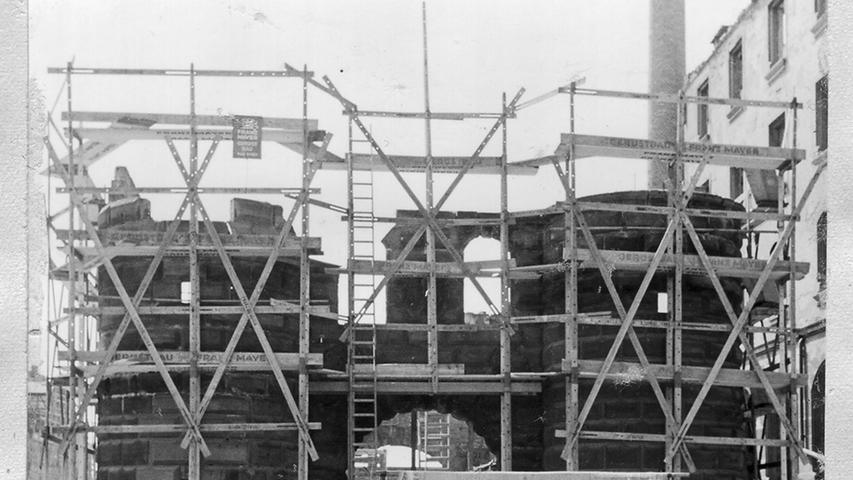 Das alte Zeughaus in der Pfannenschmiedsgasse wird 1953 wieder aufgebaut. Damals rollten noch Pferdefuhrwerke durch die Innenstadt.