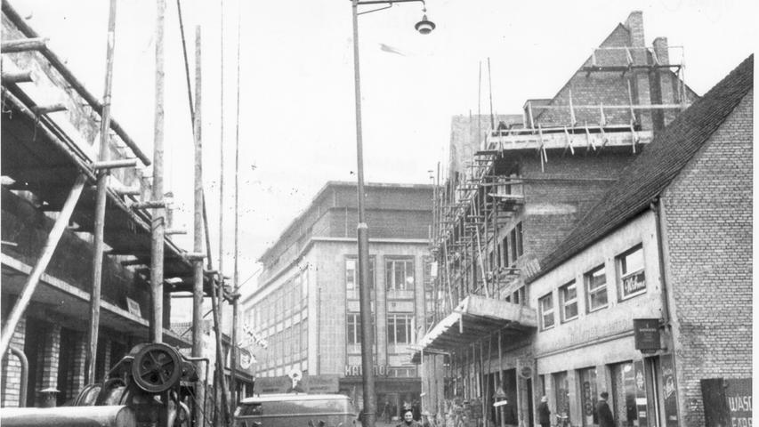 Gerüste, Baustellen und der Blick auf den Kaufhof im Hintergrund: So sah die Breite Gasse in Nürnberg in der Nachkriegszeit aus. Heute ist sie Fußgängerzone und Einkaufsmeile
