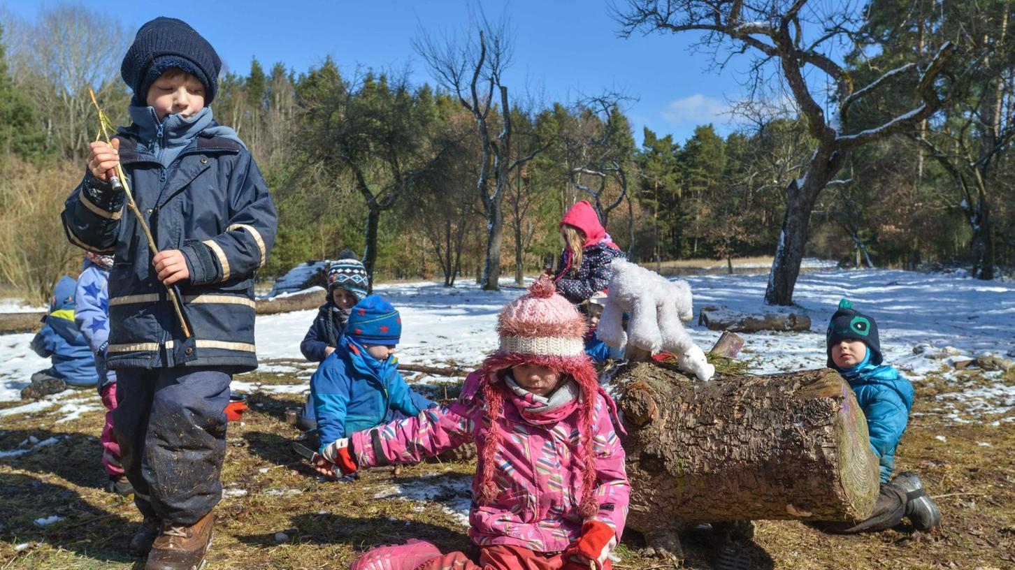 """Eine Erfahrung, die Kinder im Waldkindergarten ganz schnell machen, ist die, dass es kein schlechtes Wetter, sondern nur schlechte Kleidung gibt. Unser Bild zeigt eine Gruppe der Allersberger Waldkindertagesstätte """"Buchenzauber"""". Im Fürther Raum bietet bisher der Verein """"Moggerla"""" in Oberfürberg und Zirndorf Betreuung im Wald an."""