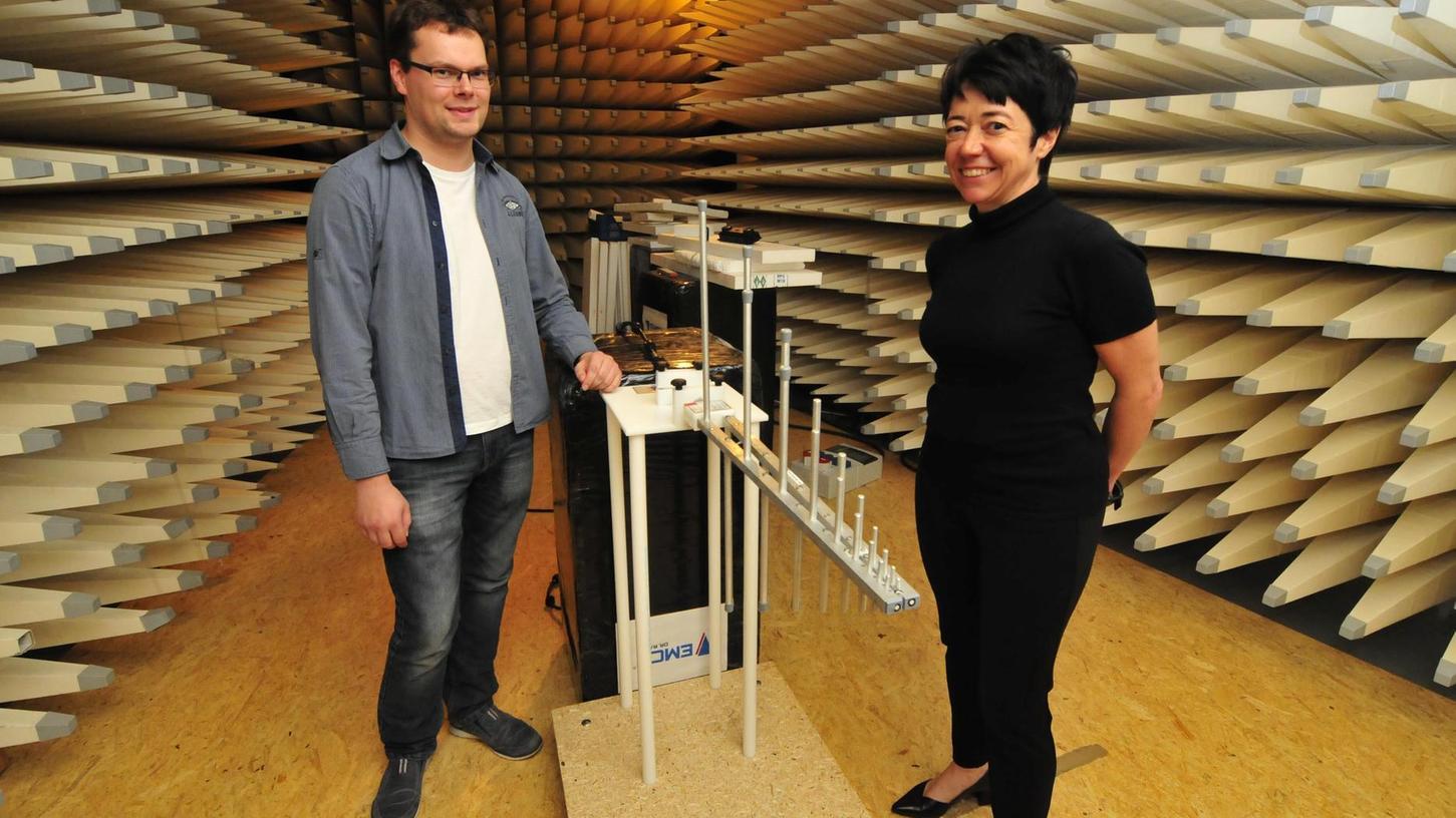 In Moggast hat die Firma Messtechnik EMCC Rasek ihren Sitz. Hier Chefin Nathalia A. Rasek-Abach und Mitarbeiter Benjamin Wolf.