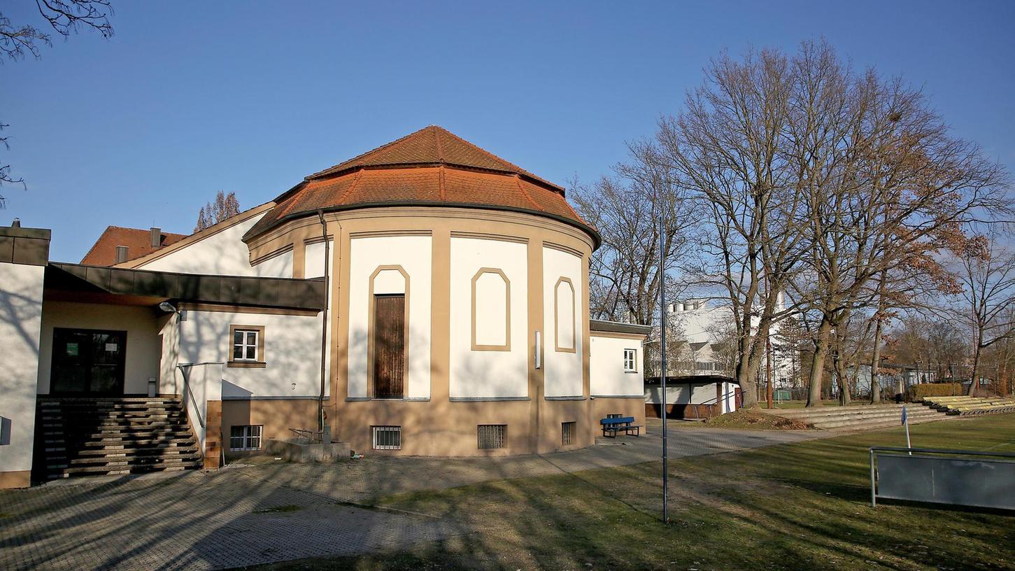 Noch steht die altehrwürdige Kulturhalle samt Anbau mit Kabinentrakt und Vereinsheim der SpVgg Jahn. In einigen Wochen könnte der Abriss erfolgt sein.