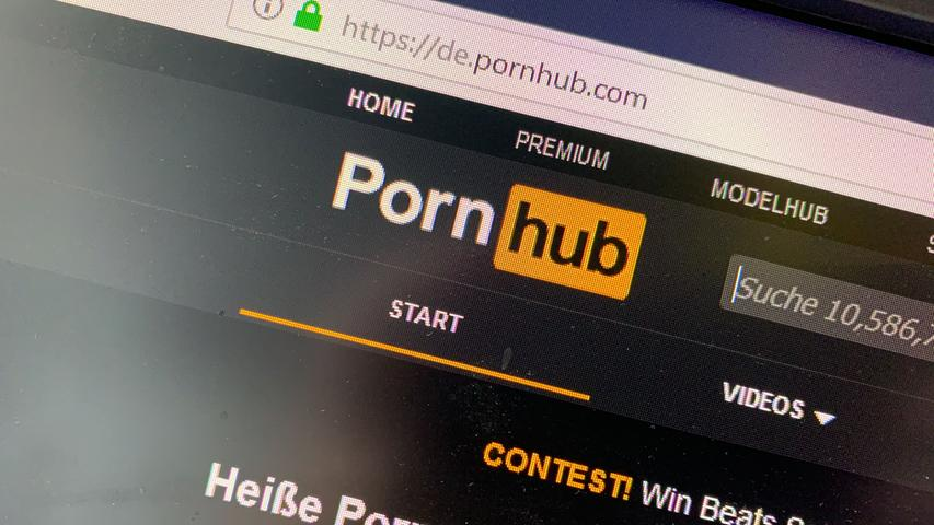 X wie XXX: Die drei Buchstaben tauchen fast immer im Zusammenhang mit Internetseiten erotischen Inhalts auf. Viele dürften die Altersfreigabe tatsächlich kennen: Denn während Bordelle und Erotikshops in der Krise geschlossen waren und die Menschen aufgrund der Beschränkungen viel Zeit zuhause hatten, stiegen die Zugriff auf Online-Pornos rasant.