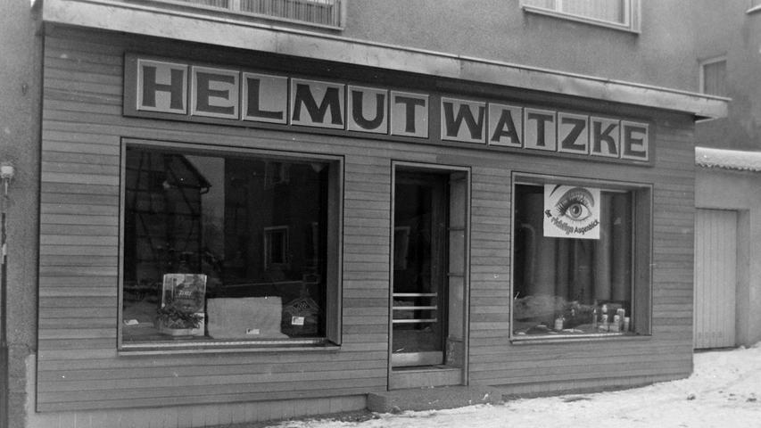 Rechtzeitig zum Winterschlussverkauf eröffnete Helmut Watzke vor gut 50 Jahren einen Laden in der Pegnitzer Schloßstraße. In dem Fachgeschäft gab es allerlei Zubehör für Bodenbeläge und Estricharbeiten, dazu Teppiche mit modernen und orientlischen Mustern, PVC-Beläge, Tapeten und Vorhänge.
