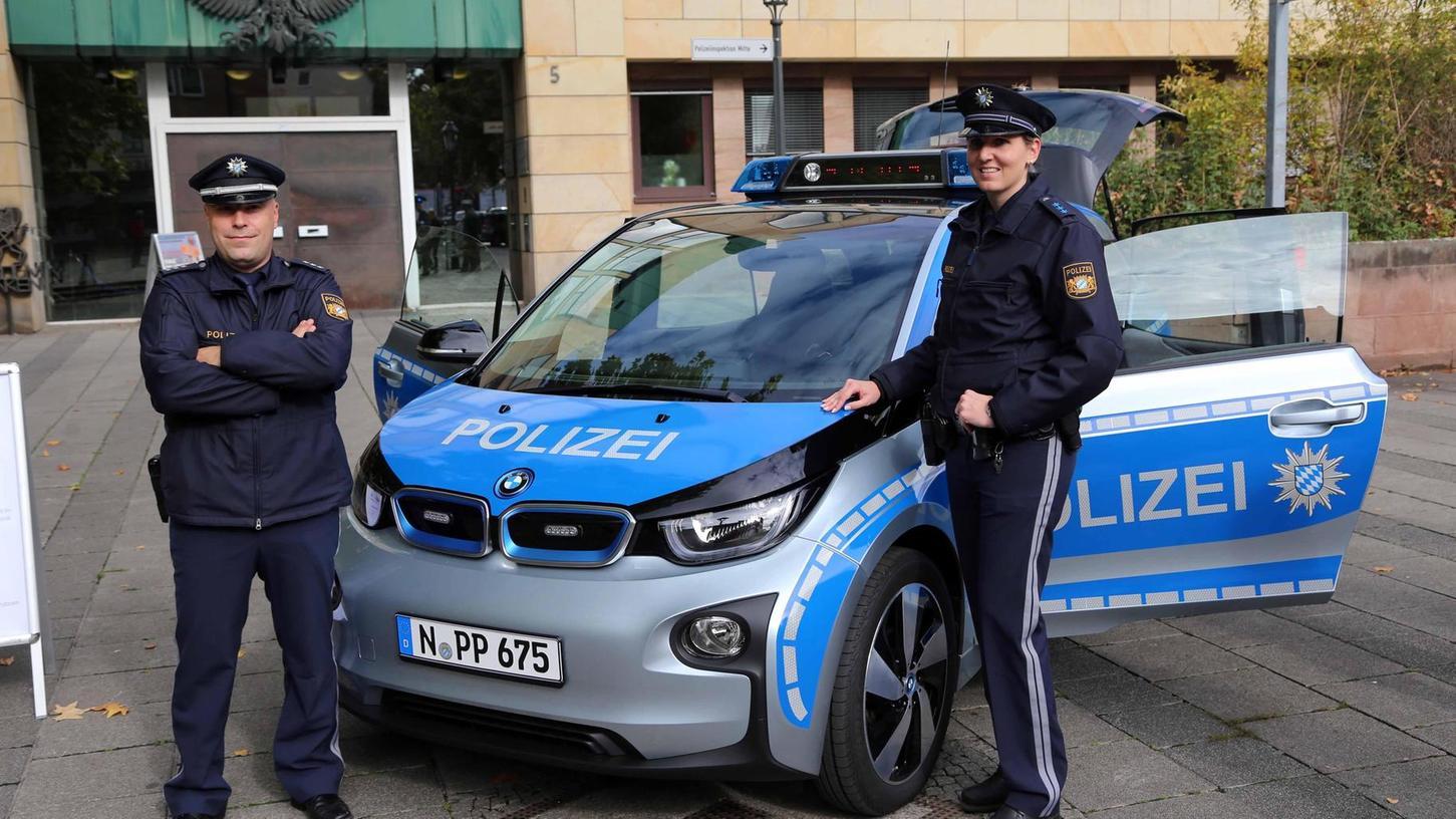 Stefan Schmid (links) und Jennifer Holzschuher durften 2015 das neueste Mitglied der bayerischen Polizeiflotte vorstellen. Doch im Alltag hat der Wagen mit Funk und Blaulicht seine Tücken.