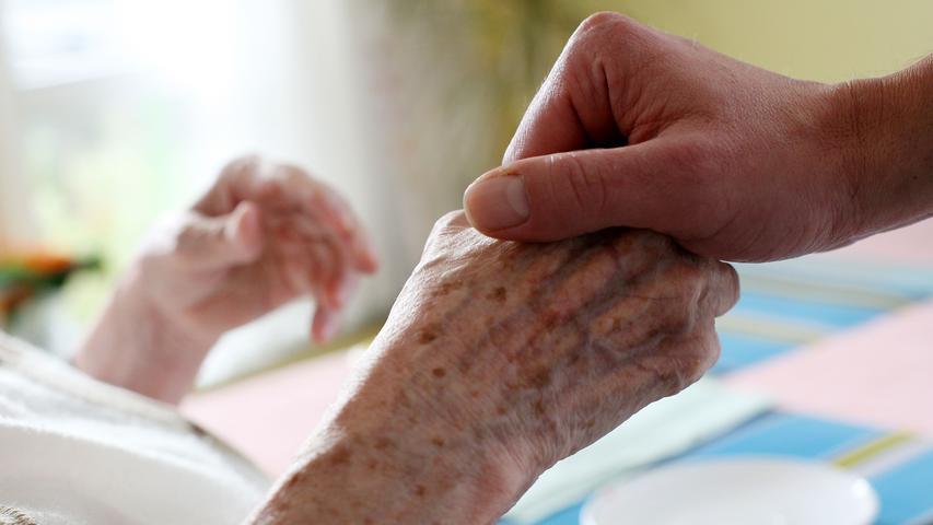 Das klassische Beispiel in der Diskussion um Fachkräfte ist die Altenpflege: In diesem Bereich werden auch in der Region händeringend Arbeiter gesucht. Aufgrund der demografischen Bevölkerungsentwicklung gewinnt dieser Beruf immer mehr an Bedeutung und Wichtigkeit. Altenpfleger kümmern sich nicht nur medizinisch um Menschen, sondern sind auch in den Bereichen Management, Sterbebegleitung und Betreuung aktiv.