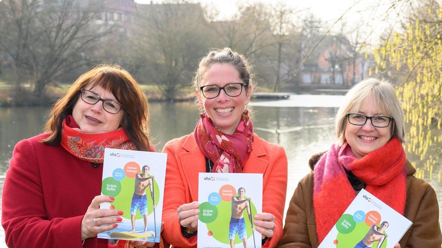 Karin Zargaoui, VHS-Leiterin Petra Winterstein und Cordula Doßler präsentieren das 256 Seiten starke neue Programmheft.