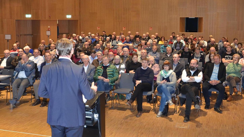 Gut besuchte Bürgerversammlung: Am Montagabend kamen in der Stadthalle etwa 130 Bürger, Stadträte und Mitarbeiter der Stadtverwaltung zusammen. Ein Thema war dabei natürlich auch der tags zuvor abgehaltene Bürgerentscheid.