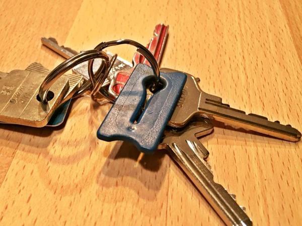 An seinem Schlüsselbund trägt Emanuel Häuser ein Erinnerungsstück mit sich. Die blaue Klammer war 2016 Teil des Beutels mit der Blutstammzellspende, die ihm ein zweites Leben schenkte.