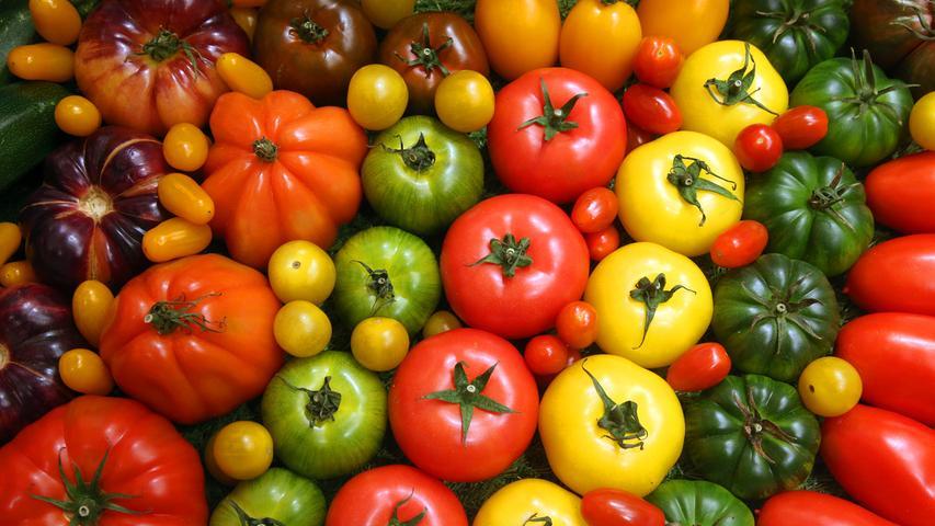 Gemüse zählt zu den gesündesten und kalorienärmsten Lebensmitteln, die diese Erde hervorgebracht hat. Wässrige Gemüsesorten wie zum Beispiel Gurke, Kohl, Tomate, Paprika oder Salat haben so gut wie keine Kalorien, versorgen den Körper dafür aber mit wichtigen Nährstoffen - und Wasser. Andere Gemüsearten wie zum Beispiel Kartoffeln, Kürbis oder Möhren haben zwar etwas mehr Kalorien, sind aber immer noch extrem gesund, nährstoffreich und wichtig. Auch auf Grund des Klimawandels wird eine hauptsächlich auf Pflanzen basierte Ernährungsweise immer wichtiger.