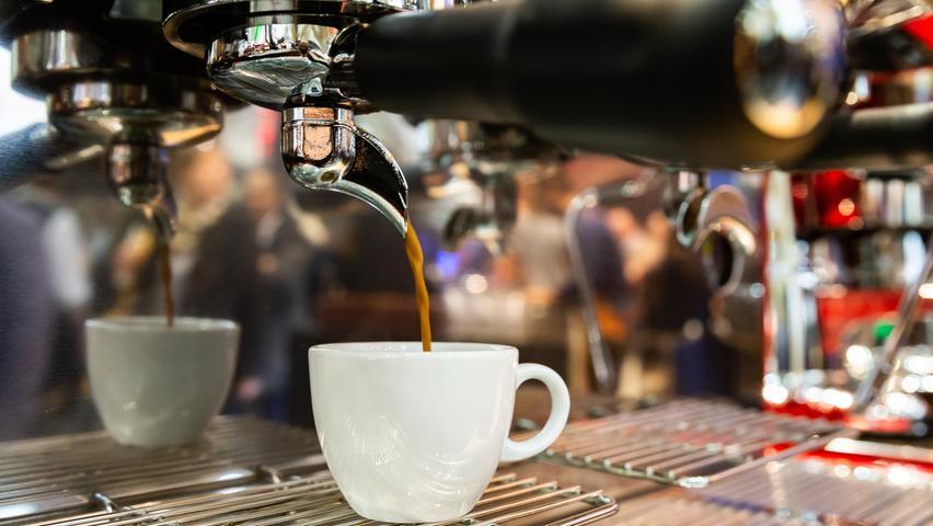 Wasser, Tee und Kaffee sind die Durstlöscher, die keinerlei Kalorien liefern. Anders als zum Beispiel von Cola (100 Gramm/38 Kalorien) kann man davon also reichlich trinken, ohne zuzunehmen. Weil Kaffee Koffein enthält, sind Wasser und ungesüßte Tees aber immer die beste Wahl, um den Wasserhaushalt den ganzen Tag über hoch zu halten. Light-Getränke haben meist auch keine Kalorien, kommen dafür aber nicht ohne Süßstoffe aus.