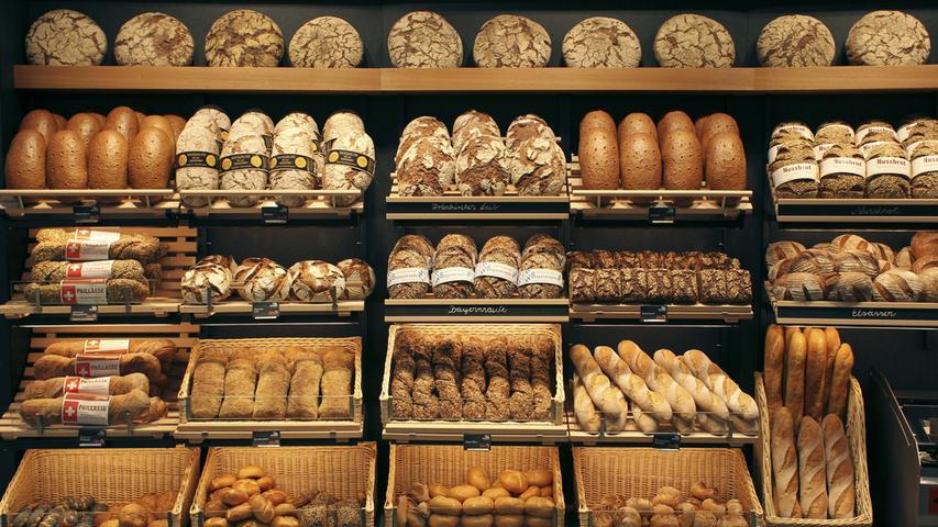 Diese bösen, bösen Kohlehydrate...Der Ruf von Brot und Nudeln hat in den vergangenen gewaltig gelitten. Zwar stimmt es, dass insbesondere Weizenbrötchen und Nudeln nicht gerade kalorienarm sind, das trifft allerdings nicht auf die Vollkorn-Varianten zu. Kerniges Vollkornbrot kommt mit 293 Kalorien auf 100 Gramm daher, macht dabei aber richtig lange satt und liefert viele Ballaststoffe und Nährstoffe für den Körper. Auch andere hochwertige Kohlenhydrate wie Naturreis, Süßkartoffeln und Kerne sollten also auf keinem Speiseplan fehlen. Eine extrem strenge Low-Carb Diät für die meisten Menschen nicht lange machbar - und auch nicht notwendig, um schlank zu bleiben.