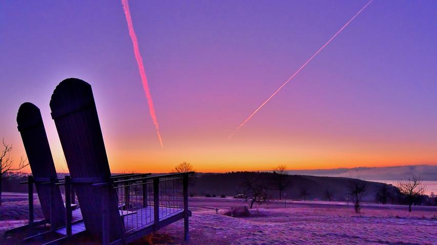 Beeindruckender Sonnenaufgang am Brombachsee - die Liegestühle warten allerdings noch auf Sonnenhungrige.