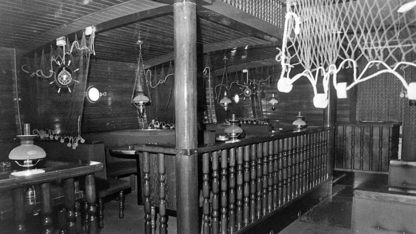 Bis heute genießt sie Kultstatus: Vor 50 Jahren eröffnete Otto Leschinsky im ehemaligen Cafe Press an der Nürnberger Straße mit der Bounty die erste Pegnitzer Diskothek. Das Lokal, das viele noch heute als eines der schönsten in der Geschichte der Pegnitzer Gastronomie erachten, entstand damals nach den Plänen des Gößweinsteiner Architekten Werner Essel, der das Ambiente einer gediegenen alten Schiffseinrichtung nachempfand. Die Bounty erfreute sich größter Beliebtheit, nicht nur, weil sie bis 3 Uhr morgens geöffnet hatte.  Heute ist dort die Zahnarztpraxis von Dr. Helmut Heidenreich beheimatet.