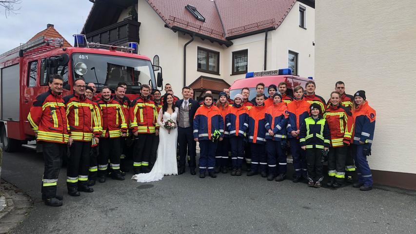 Katharina und ihr Mann Daniel haben sich das Ja-Wort gegeben. Als Ehrenamtliche der Feuerwehr Heroldsbach-Thurn haben es sich ihre Kameraden natürlich nicht nehmen lassen, bei der Hochzeit Spalier zu stehen. Dabei ist dieses schöne Foto entstanden. Anschließend eskortierte die Feuerwehr das Brautauto mit ihren drei Fahrzeugen.