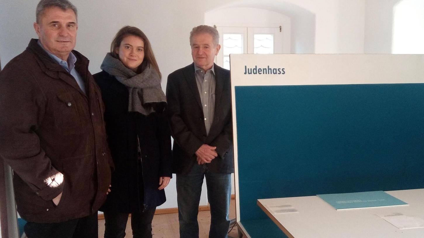 Initiator Prof. Dr. Armin Scherb (rechts) stellt Bürgermeister Jürgen Nägelein und Anuschka Hörr von der Entwicklungsgesellschaft Region Hesselberg direkt vor Ort sein Konzept vor.