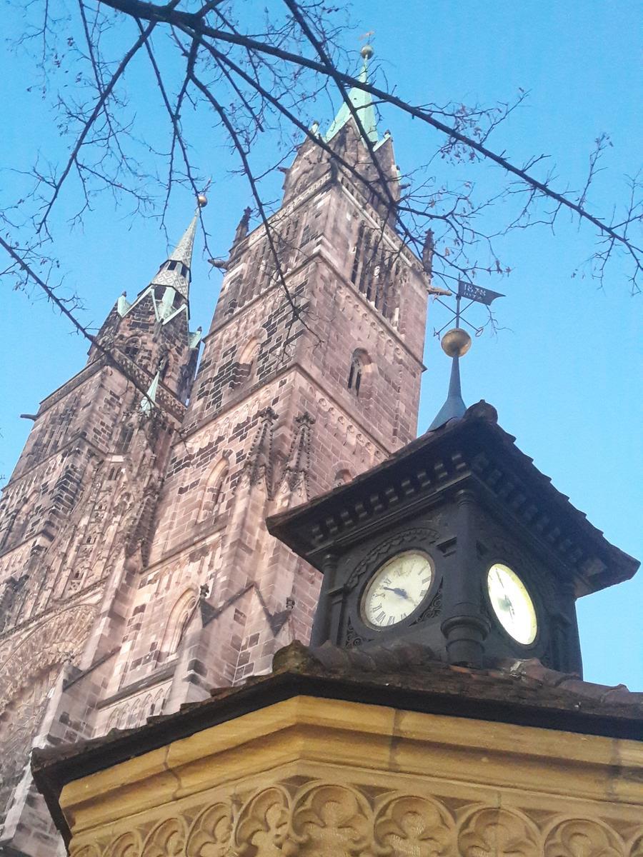 Kleiner Turm, große Türme: Das Wetterhäuschen vor der Lorenzkirche, ursprünglich aus dem Jahr 1878, beherbergt drei wichtige meteorologische Geräte: Barometer, Thermometer und Hygrometer.
