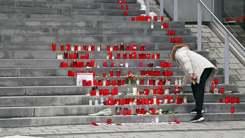 Kurz nach dem Unglück vor einem Jahr zündeten die Menschen an der Treppe zum Heroldsberger Rathaus Kerzen an.