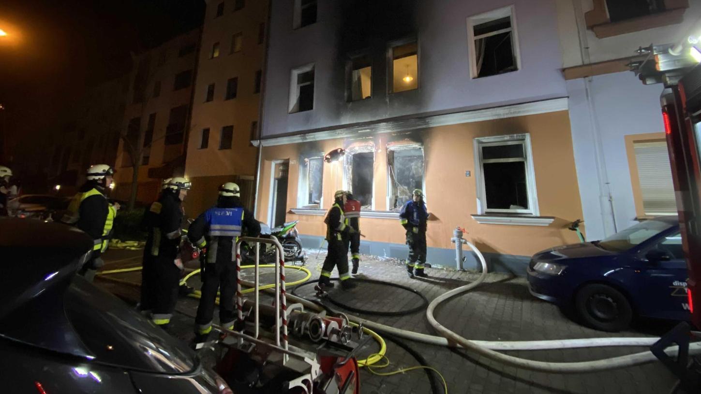 In der Siegfriedstraße brannte in der Nacht zum Sonntag eine Erdgeschosswohnung komplett aus. Die Feuerwehr rettete acht Erwachsene und drei Kinder über die Drehleiter.