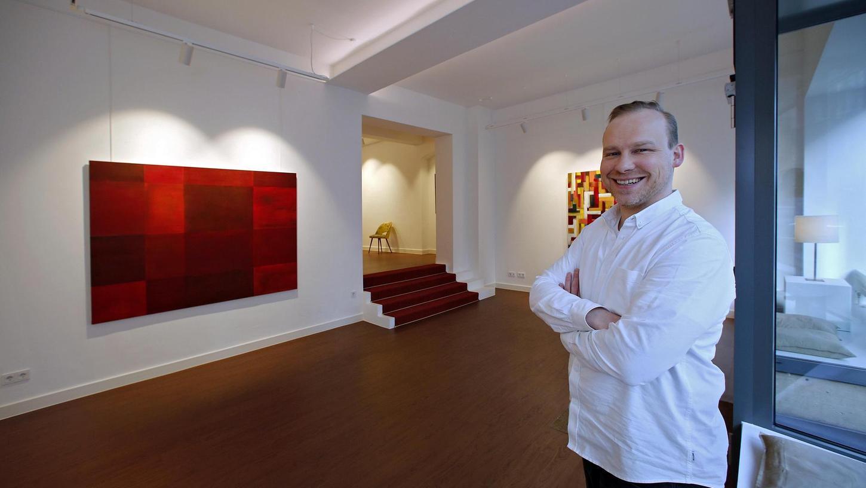 Stephan Bühler in den Ausstellungsräumen seiner Galerie Lukasch, die er an Kunstschaffende vermietet.