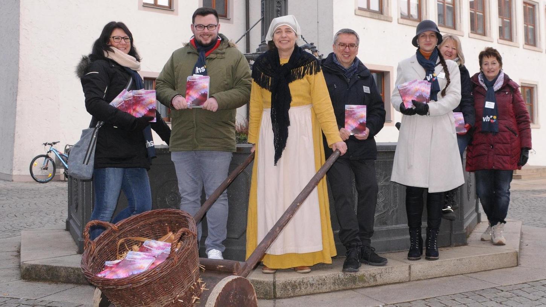 Das Team der Volkshochschule Neumarkt stellte vor dem Neumarkter Rathaus das diesjährige Sommerprogramm vor. Unterstützung fanden sie diesmal in Marktfrau Blanca Echaniz Gerhard.