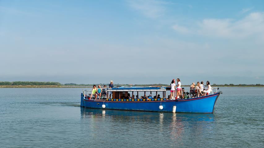 Überall sind kleine Fähren und Fischerboote unterwegs. Die Radler können unterwegs zusteigen und ein Stück in absoluter Stille unterwegs sein.