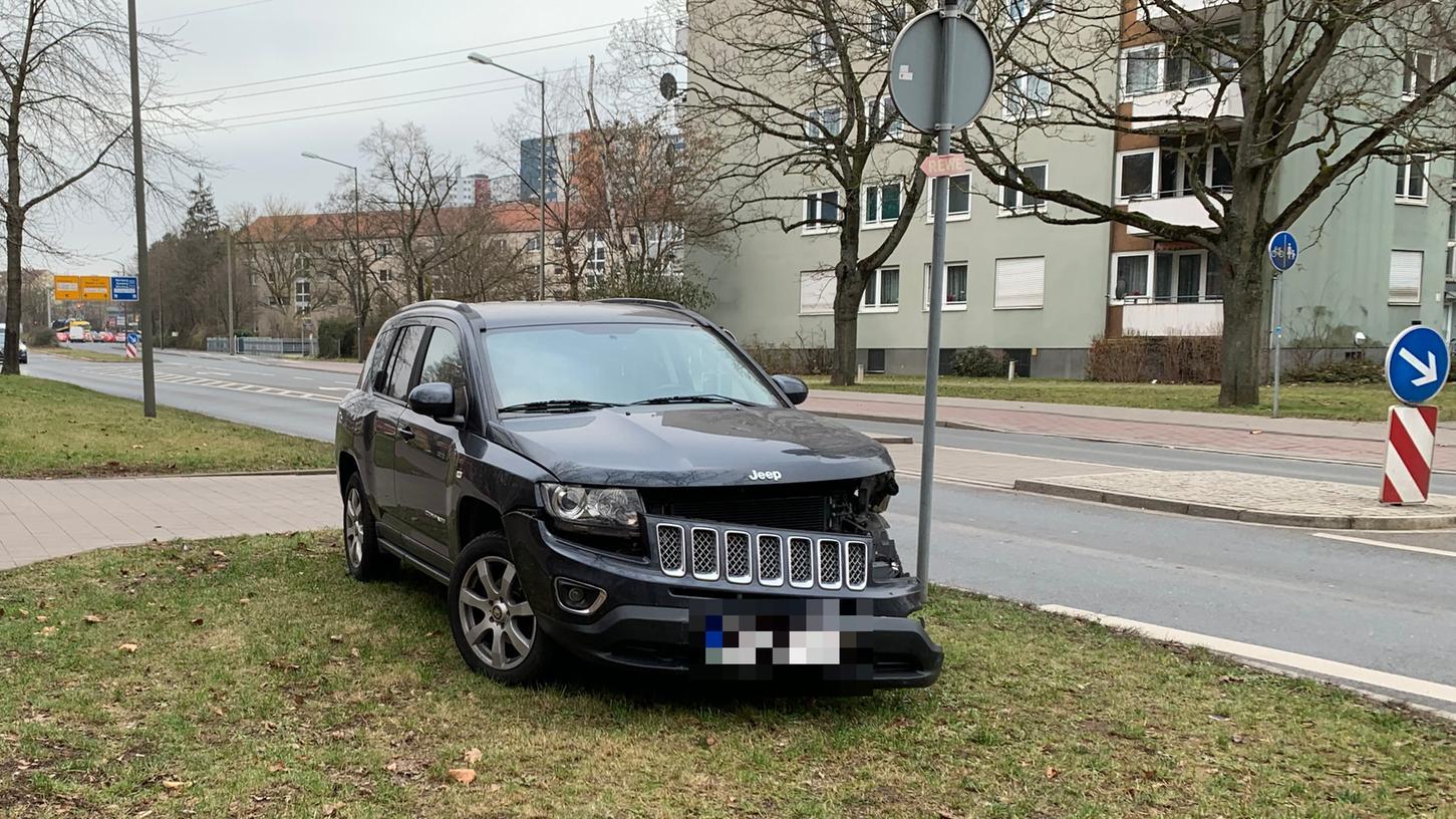 Seit dem Neujahrstag steht dieses Auto auf dem Grünstreifen am Rand der Äußeren Brucker Straße.