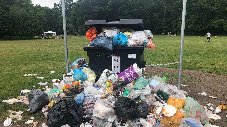 Manche stellen ihren Dreck dann eben nebenvollen Mülleimer oder Container statt ihn ein paar Meter weiter zu tragen oder gar mit heimzunehmen.