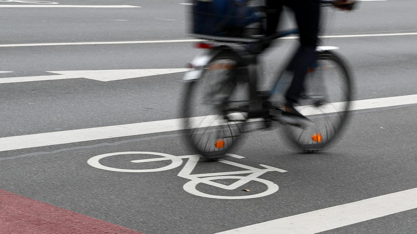 Immer mehr Menschen steigen in Nürnberg auf das Fahrrad um. In der Innenstadt geht der motorisierte Verkehr etwas zurück, die Zahl der Pkw steigt aber insgesamt trotzdem.