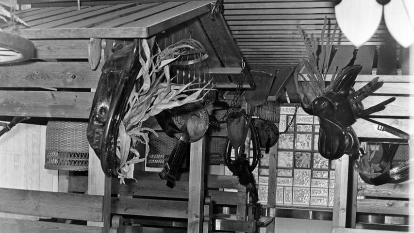 Kaum war vor 50 Jahren die Discothek Bounty im ehemaligen Cafe Press eröffnet, wurde auch das benachbarte frühere Cafe König einer Auffrischungskur unterzogen. So präsentierte sich nunmehr das Black Horse im Western-Stil, wobei die Sitzgruppen in kleinen Holzhäuschen angeordnet waren. Auch eine Tanzfläche, ein langer Bartresen und ein Spielzimmer mit Kicker und Flipper durfte beim