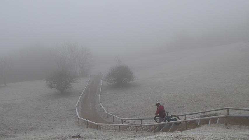 Der Radfahrer am Rodenstein möchte wohl aufs Walberla. Ob das eine gute Idee ist bei diesem Nebel?