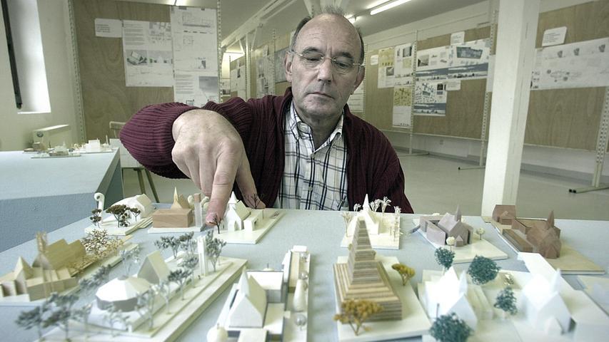 Die Entwürfe der Wettbewerbsarchitekten wurden 2005 in einer Ausstellung präsentiert. Lothar Rösner vom Kirchenvorstand war einer derjenigen, der das Bauprojekt vorantrieb.