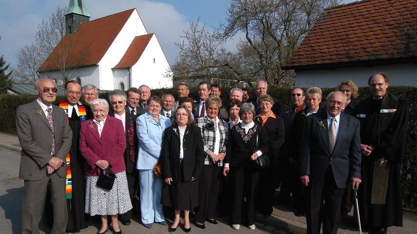 Ein Jubelkonfirmationsgruppe, im Hintergrund der Vorgängerbau.