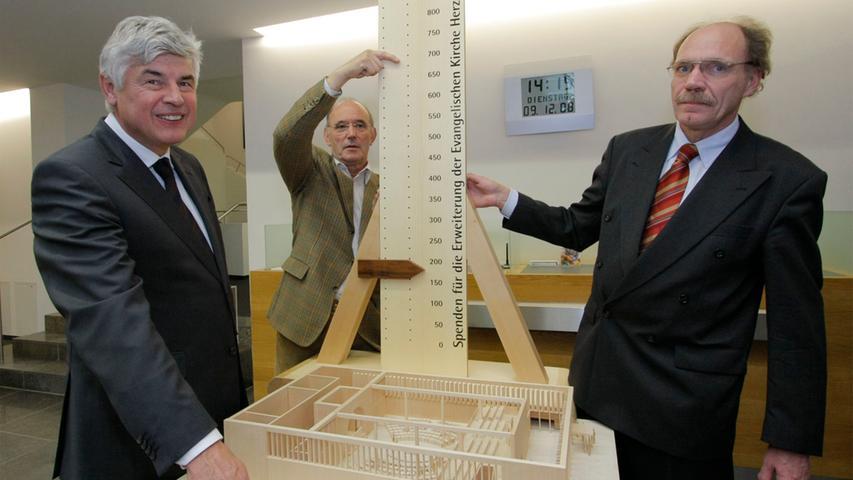 Im Jahr 2008: Das Spendenbarometer verträgt noch Scheine. Rainer Malzhacker von der Raiffeisenbank handelt.