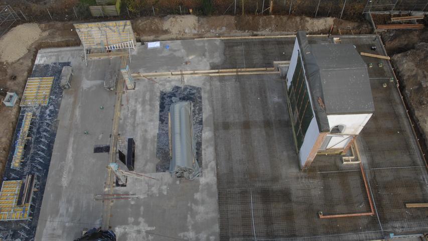 Hier gut vom Kran aus zu sehen: der alte Chorraum, der frühere Umriss und das Betonfundament des Neubaus.