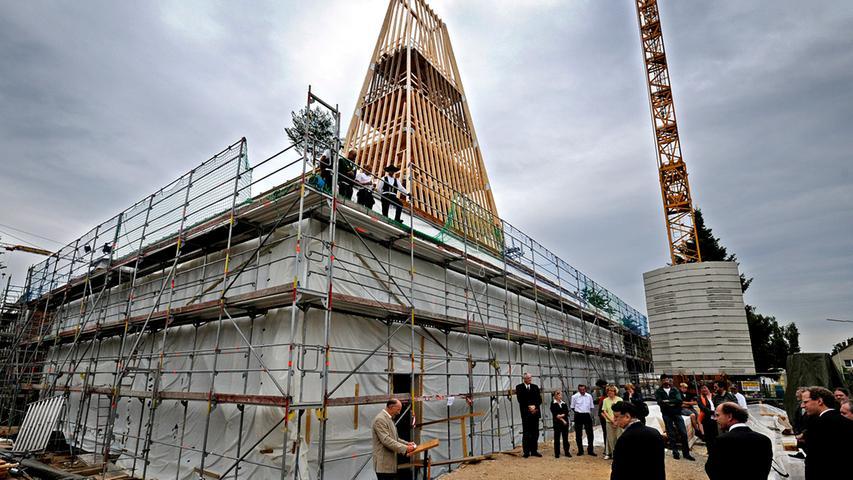 Beim Richtfest ist die Form des Neubaus schon gut zu erkennen.