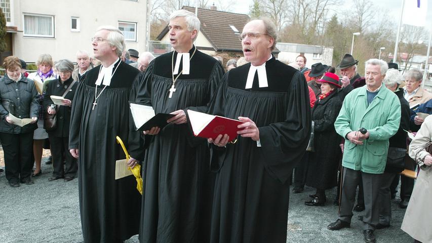Einweihung der neuen evangelischen Kirche in Herzogenaurach mit Landesbischof Dr. Johannes Friedrich (Mitte), Dekan Peter Huschke (links) und Pfarrer Martin Strack.