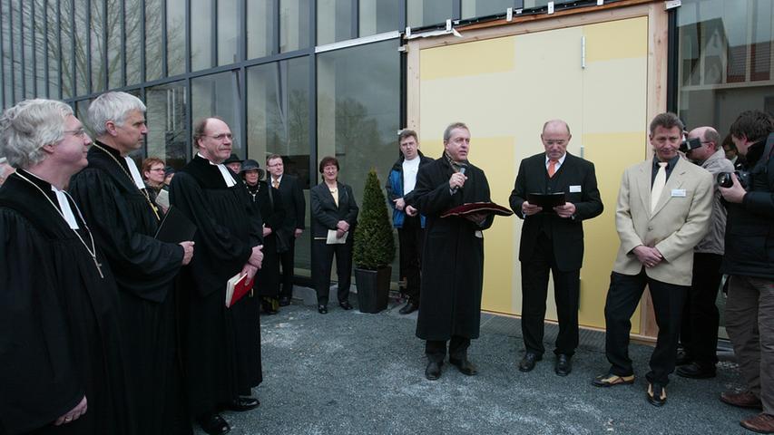 Mesner Manfred Biemel (r.) bekommt den Schlüssel zur Kirche von Lothar Rösner (2.v.r.) und Architekt Eberhard Wimmer (3.v.r.).