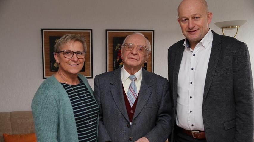 In geistiger Frische und in guter Gesundheit feierte Horst Walda in Eggolsheim seinen 95. Geburtstag, wobei das für ihn so wichtige Lesen ein wenig beeinträchtigt ist, denn das Augenlicht lässt nach. Horst Walda lässt sich durch Radio und Fernsehen informieren. Für den belesenen Jubilar eine Einschränkung und ein Ärgernis, obwohl er sich trotz seines hohen Alters noch weitgehend selbst versorgen kann. Die vielen Gratulanten an seinem Geburtstag, darunter auch Landrätin Rosi Kraus und Bürgermeister Claus Schwarzmann, erlebten schon bei der Begrüßung einen lebensfreudigen 95-Jährigen, der seinen Gästen aus den Jacken half. Host Walda ist ganz die alte Schule, ein Gentleman mit Stil und Charme. Er kann auf ein bewegtes Leben zurückblicken. Nach dem Einzug in den Kriegsdienst mit 17 Jahren geriet er gegen Kriegsende in russische Gefangenschaft. Erst Ende 1949 wurde er entlassen. Der gebürtige Breslauer suchte dann seine Eltern und fand sie in Effeltrich wieder. 1951 zog man nach Forchheim um, Horst Walda erhielt eine Anstellung bei der Post, bei der er bis zu seiner Pensionierung blieb. 1956 heiratete er seine Frau Margarete. Zwei Söhne, Dieter und Jürgen, entstammen der Ehe. Sie schenkten ihm drei Enkelkinder. Die Feier im Kreise der Familie machte ihn besonders glücklich, nachdem seine Frau vor über zwei Jahren verstorben ist. 2016 hatten sie noch das seltene Fest der Diamantenen Hochzeit feiern können. Seit 1984 wohnt Horst Walda in Eggolsheim, gemeinsam in einem Haus mit dem ältesten Sohn Dieter und Schwiegertochter Gudrun. Horst Walda hat ein besonderes Faible für die Leichtathletik. Er betreute die Läufer des VfB Forchheim und machte sich einen Namen in der Leichtathletik. Als Trainer gewann er mit Karl Stummer die Bayerische Meisterschaft beim 800-Meter-Lauf, bei den Junioren verhalf er Heinrich Wagner in der Disziplin über 5000 Meter zur Bayerischen Meisterschaft. Danach war Walda noch zehn Jahre als Kreisvorsitzender der Leichtathleten für Bamberg und Forchheim