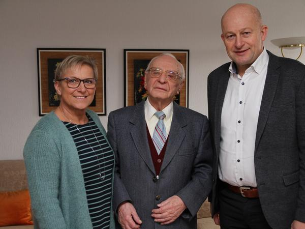 Zu seinem 95. Geburtstag vor gut einem Jahr gratulierten ihm Eggolsheims Bürgermeister Claus Schwarzmann und Vizelandrätin Rosi Kraus.