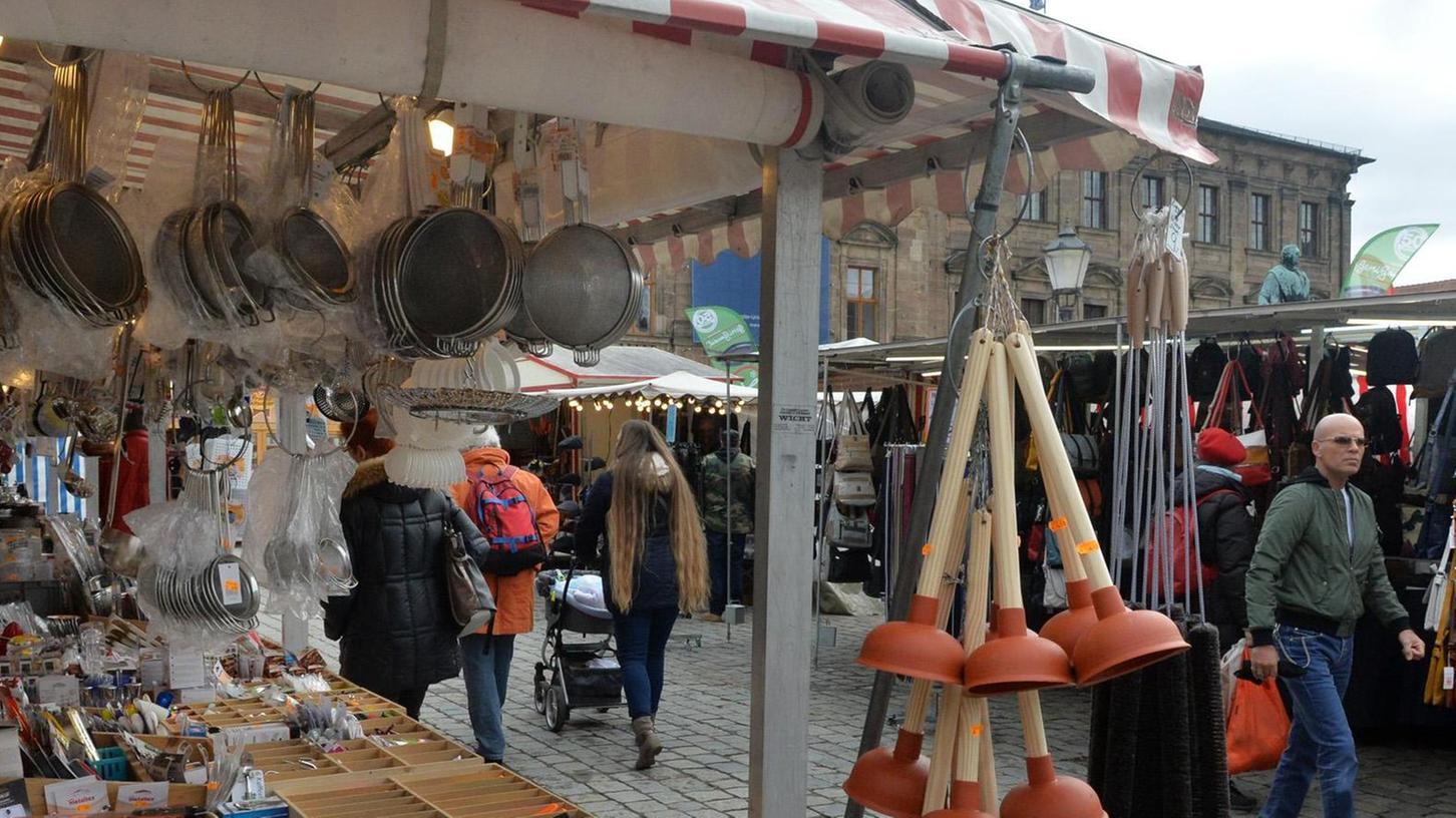 Auf dem Schlossplatz findet man so einiges: Die Auswahl an Waren ist groß.
