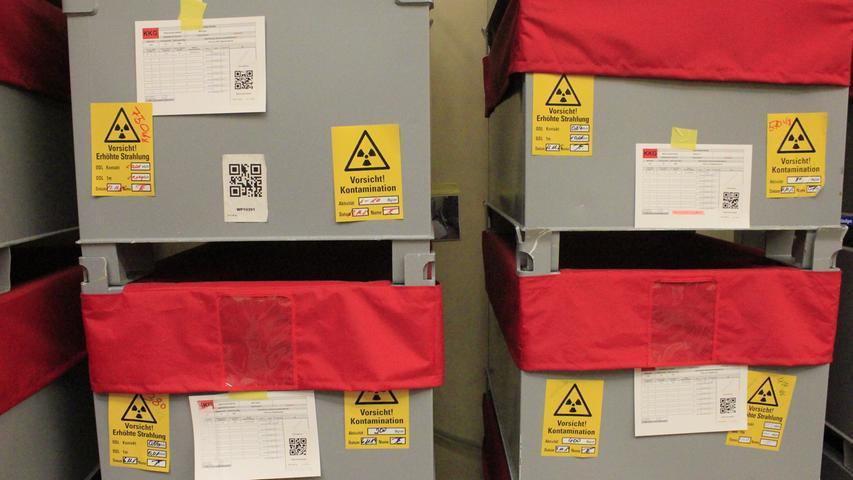 Überall im Kontrollbereich stehen die aufeinandergestapelten grauen Kisten mit zerlegten Teilen.