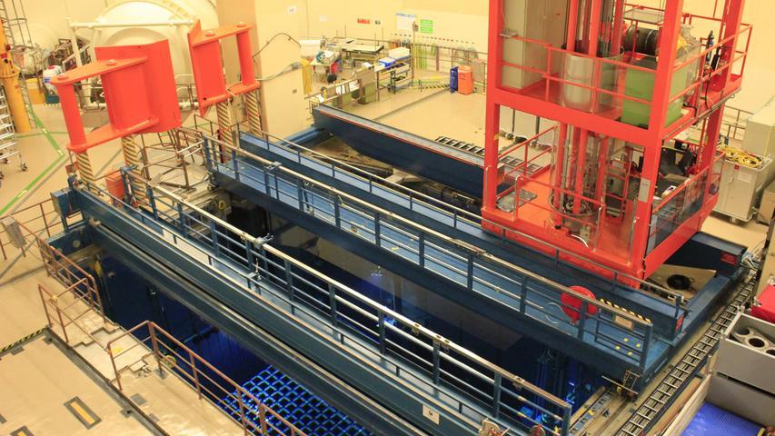 Noch ist das Kraftwerk nicht brennstofffrei. 179 Brennelemente lagern noch im Abklingbecken. Zwischen Februar und Mai 2020 sollen sie in zehn Castoren verladen und ins Zwischenlager neben dem Kraftwerk transportiert werden. Dort werden dann 54 volle Castoren stehen.