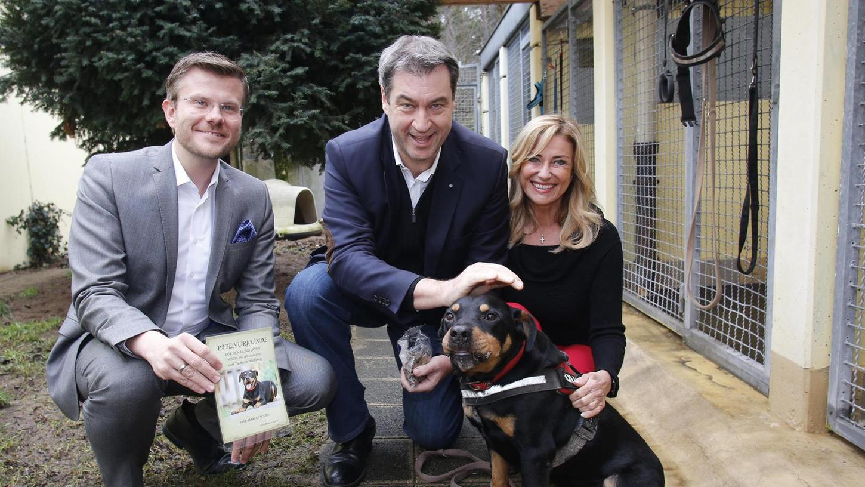 Der Ministerpräsident und sein Patenhund: Atos erhält eine Streicheleinheit von Markus Söder (zwischen Marcus König und Dagmar Wöhrl vom Tierschutzverein).