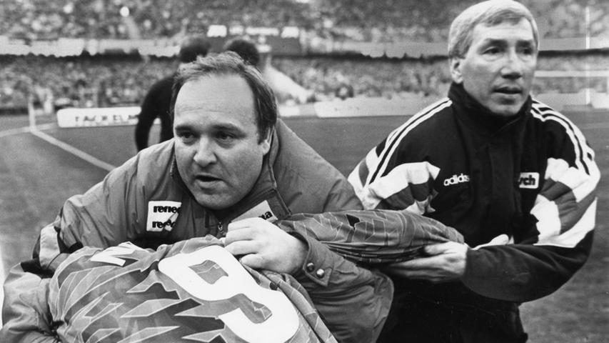 In seiner einstigen Funktion alsMannschaftsarzt des 1. FC Nürnberg nahmDr. Walter Wagner den SpielerUwe Rösler, der sich vom Schiedsrichter ungerecht behandelt fühlte,kurzerhand in den Schwitzkasten und bewahrte ihn so vor einer langen Strafe.