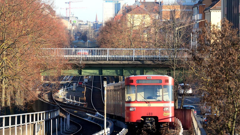 In Muggenhof kreuzt die Ringbahn-Trasse (im Bild oben) die der U-Bahn. Ein Umsteigen wäre hier denkbar.