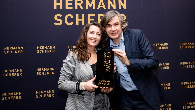Melanie Ebert aus Willersdorf im Landkreis Forchheim hält den Excellence Award, überreicht von Hermann Scherer, in den Händen.