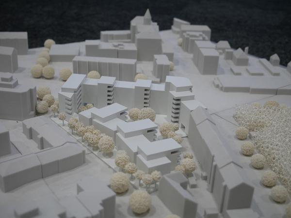 Blick auf die Rückseite des Neubaukomplexes (rechts die Schnieglinger Straße); die öffentliche Grünfläche soll an der Gebäuderückwand (weiß vorne) entstehen.
