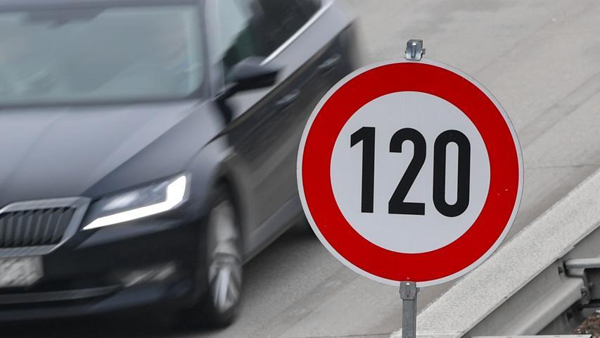 Die eine, sichere Berechnung gibt es nicht. Die meisten Studien gehen bei einem Tempolimit von 120 km/h auf Autobahnen von einer Einsparung von zwei bis vier Millionen Tonnen CO2 pro Jahr aus. Bei Tempo 120 wäre der Effekt laut Umweltbundesamt etwa doppelt so hoch wie bei Tempo 130.