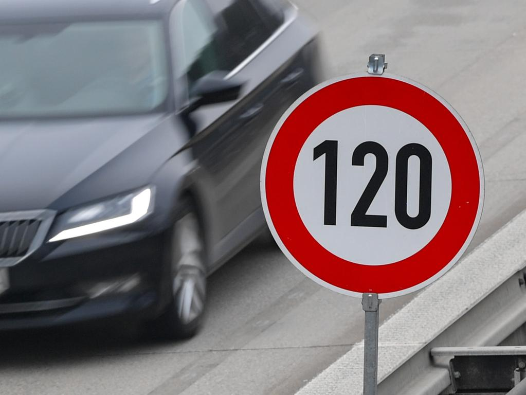 ARCHIV - 21.01.2019, Brandenburg, Jacobsdorf: Auf der Autobahn 12 in Richtung Frankfurt (Oder) steht ein Schild zur Höchstgeschwindigkeit von 120 Stundenkilometern. (zu dpa