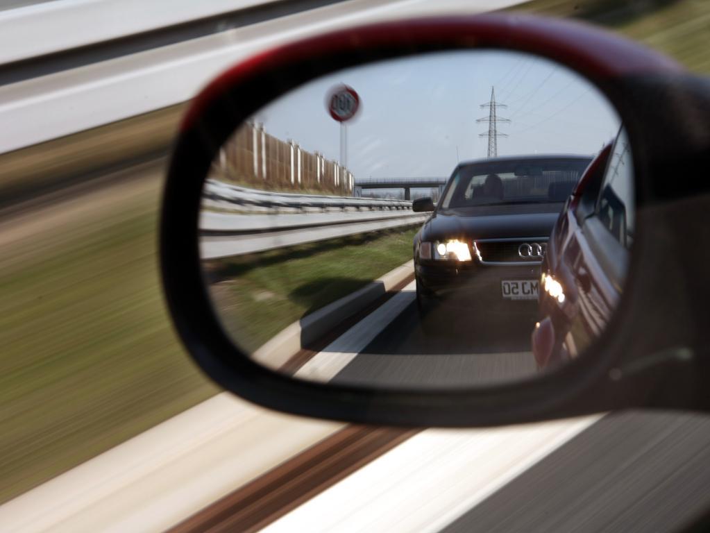 ARCHIV - 26.03.2007, Bayern, Lichtenfels: ILLUSTRATION- Im Rückspiegel eines Autos ist B173 ein zu dicht auffahrendes Fahrzeug zu erkennen. (zu dpa